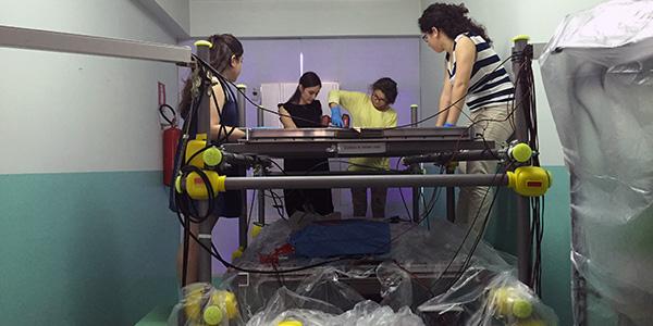 Gli studenti dell'IISS Staffa di Trinitapoli mentre lavorano sul telescopio